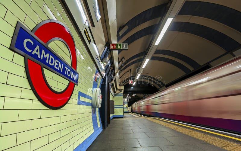 LONDEN, het UK - Gennary 5, 2019: De ondergrondse post van Camden Town in Londen Londen is ondergronds het 11de bezigste metro sy royalty-vrije stock afbeelding