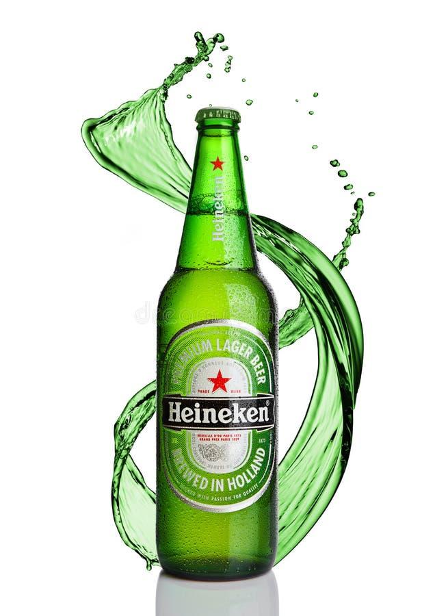 LONDEN, HET UK - 02 JANUARI, 2017: Fles van Heineken Lager Beer met plons op witte achtergrond Heineken is het vlaggeschipproduct vector illustratie