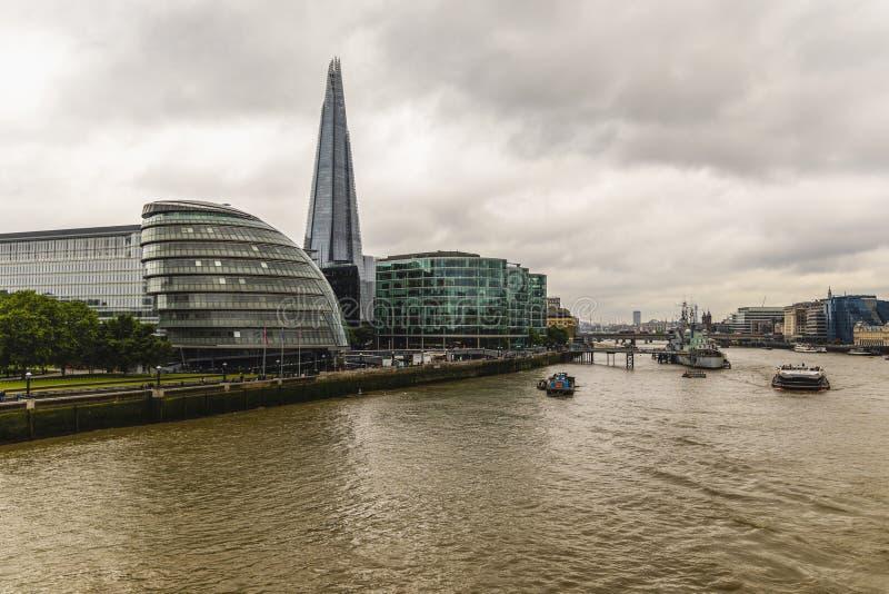 LONDEN, HET UK - 8 JULI, 2019: Cityscape van Londen met de Rivier van Theems royalty-vrije stock foto's