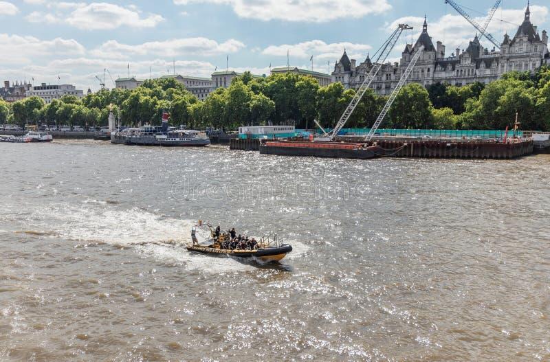 Londen/het UK, 15 Juli 2019 - de boot van de het sightseeingssnelheid van Theems Rib Experience het verzenden onderaan de Rivier  stock foto