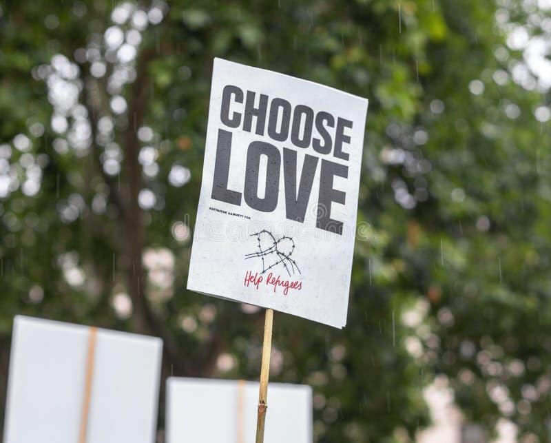 Londen/het UK - 18 Juni 2019 - 'kiest Liefde - het teken van hulpvluchtelingen bij een demonstratie wordt gesteund die royalty-vrije stock afbeelding