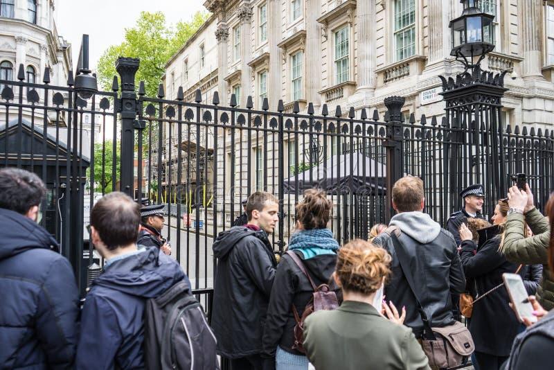 LONDEN HET UK - 4 JUNI, 2017: De bewapende Politie bewaakt de Poorten in Downing Street in Westminster, Londen royalty-vrije stock afbeeldingen