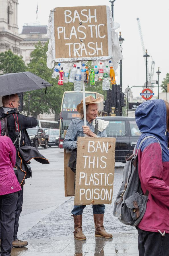Londen/het UK - 18 Juni 2019 - de tekens die van de Protesteerderholding een verbod op plastiek verzoeken stock foto's