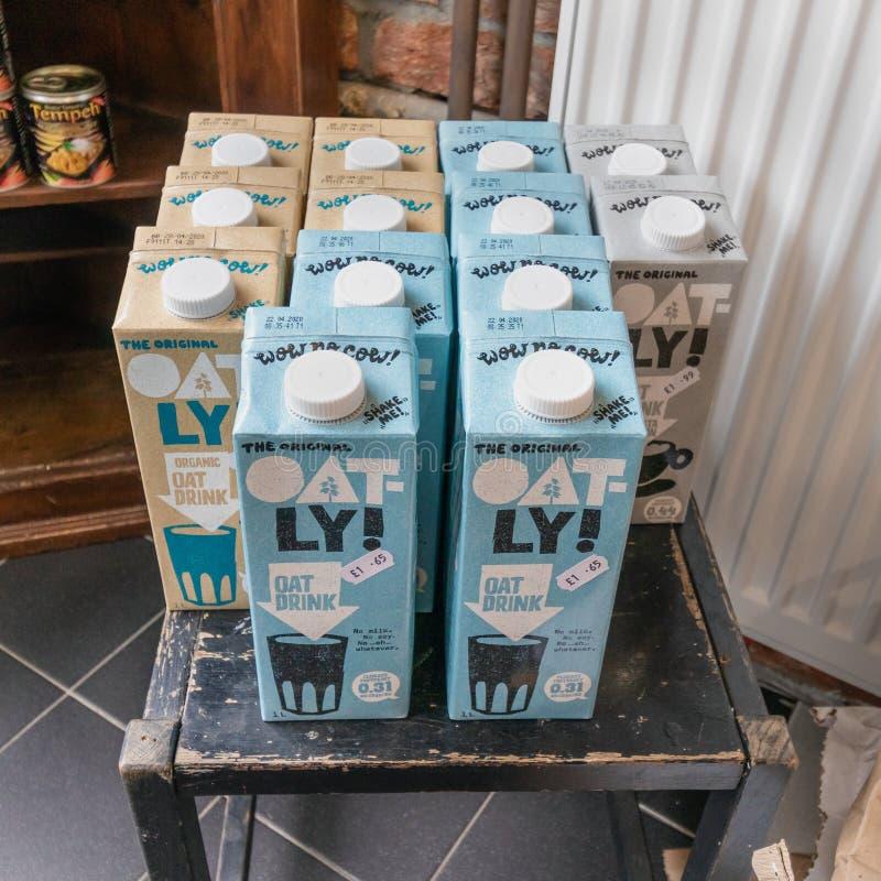 Londen/het UK - 15 Juni 2019 - Inzameling van Oatley-kartons van een haver drinkt melkalternatief stock foto's