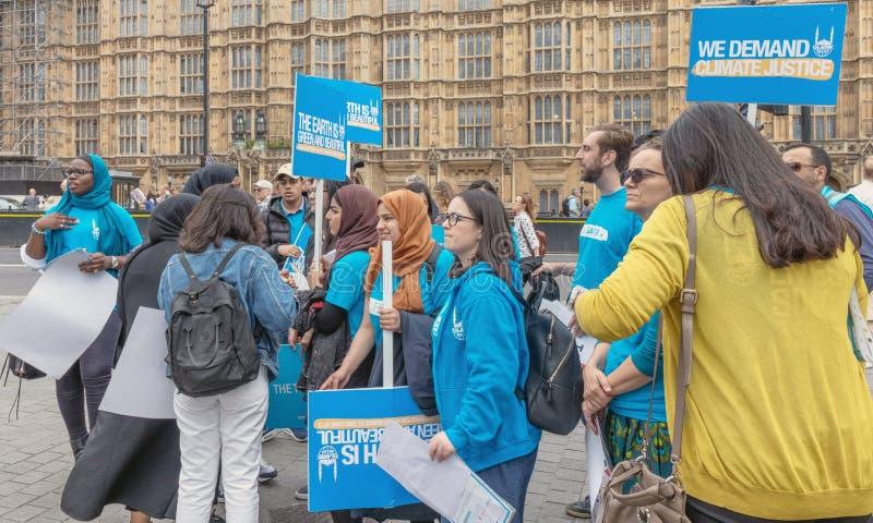 Londen/het UK - 26 Juni 2019 - Jonge activisten die klimaatverandering houden ondertekenen het buitenparlement in Westminster stock fotografie