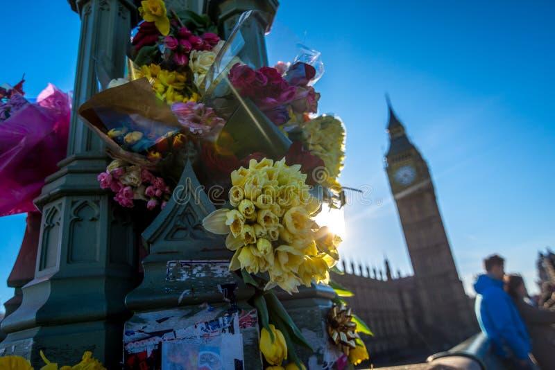 Londen, het UK - 25 Maart, 2017: Bloemhulde op de Brug van Westminster royalty-vrije stock foto