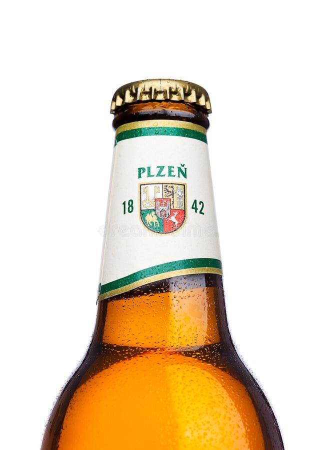 LONDEN, HET UK - 21 MAART, 2017: Fles het bier van Pilsener Urquell op wit Het is geproduceerd sinds 1842 in Pilsen, Tsjechische  royalty-vrije stock afbeeldingen