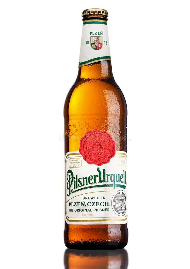 LONDEN, HET UK - 21 MAART, 2017: Fles het bier van Pilsener Urquell op wit Het is geproduceerd sinds 1842 in Pilsen, Tsjechische  stock foto