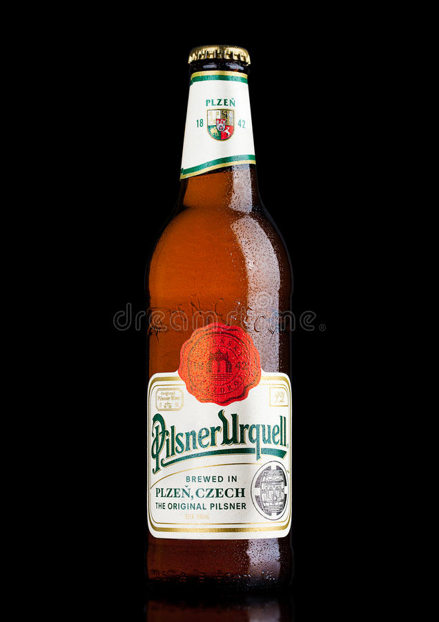 LONDEN, HET UK - 21 MAART, 2017: Fles het bier van Pilsener Urquell op zwarte Het is geproduceerd sinds 1842 in Pilsen, Tsjechisc stock foto's