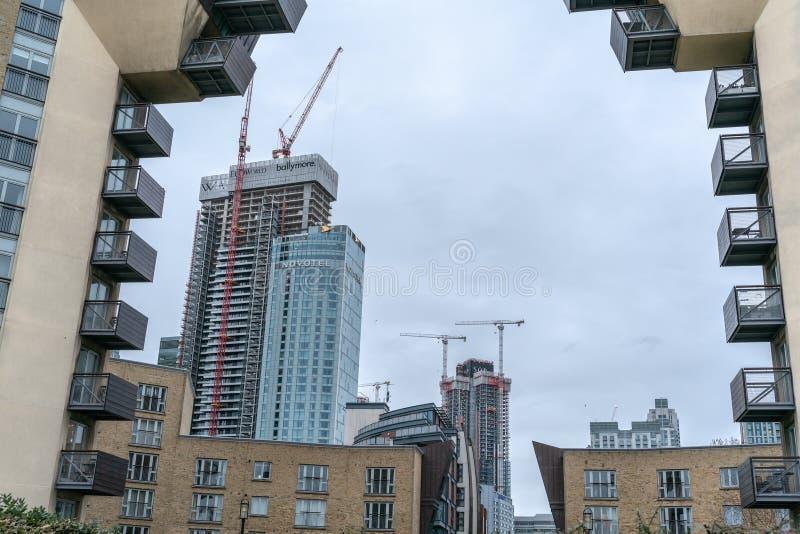 Londen, het UK - 05 Maart, 2019: Nieuwe huizen en ontwikkelingen, moderne woningbouw in rivier Theems in Canary Wharf stock foto