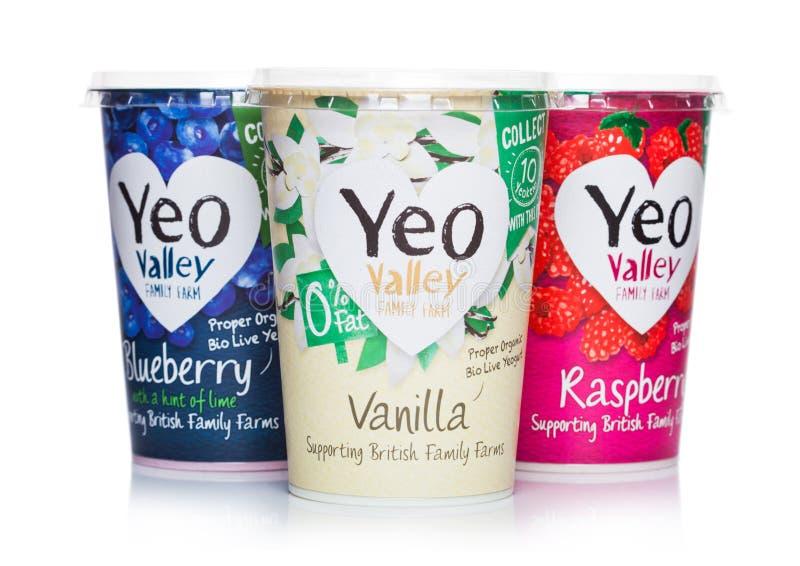 LONDEN, HET UK - 05 MAART, 2019: YEO Valley Family Farm Proper Organisch Biolive yogurt op wit royalty-vrije stock foto