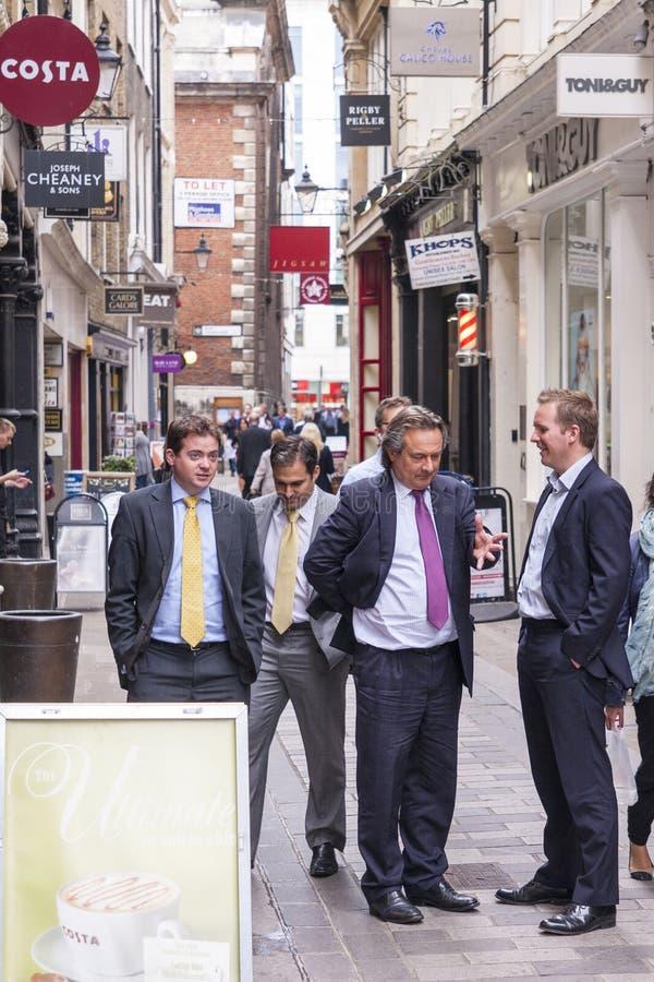 Londen, het UK, Mensen in Kostuum die zich in Stad bevinden royalty-vrije stock afbeeldingen