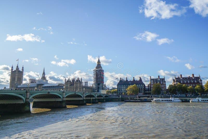 Londen/het UK - 17 November 2017: Big Ben onder vernieuwing met brug en cityscape in Westminster royalty-vrije stock fotografie