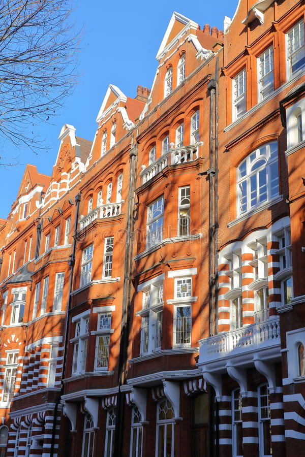 LONDEN, HET UK - 28 NOVEMBER, 2016: De rode voorgevels van baksteen Victoriaanse huizen in de stad van Kensington en Chelsea royalty-vrije stock fotografie