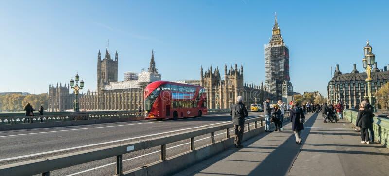 LONDEN, het UK - 17 Oktober, 2017: De brug van Westminster en de Big Ben-de bouw van de vernieuwingssteiger met het huis van royalty-vrije stock afbeelding