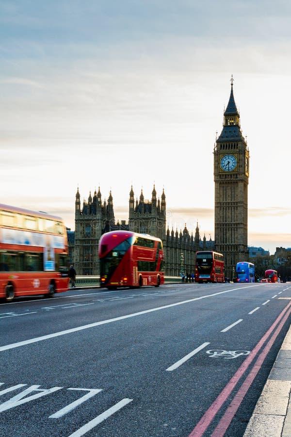 Londen, het UK Rode bus in motie en Big Ben, het Paleis van Wes royalty-vrije stock afbeelding