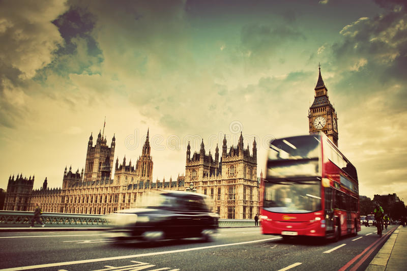 Londen, het UK. Rode bus, taxicabine in motie en Big Ben stock fotografie