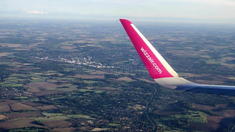 Londen het UK - 26 Sep 2018: Het Wizzairvliegtuig gaat van de luchthaven van Londen van start Luton stock fotografie