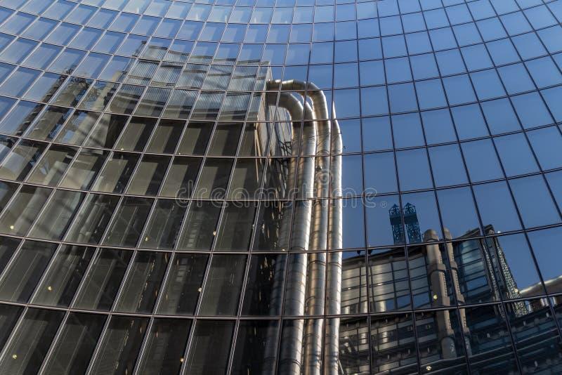 Londen, het UK - 02 September, 2018: Bezinning van het Lloyd Gebouw in het financiële district van Londen Één van de meeste buite royalty-vrije stock foto