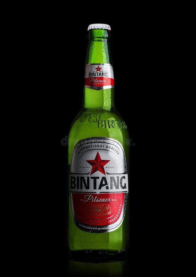 LONDEN, HET UK - 24 SEPTEMBER, 2017: Fles Indonesisch die het Lagerbierbier van Bintang op zwarte wordt geïsoleerd stock fotografie