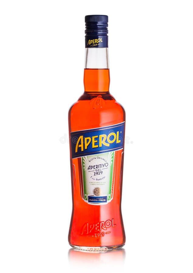 LONDEN, HET UK - 03 SEPTEMBER, 2018: Fles van de drank van de de zomercocktail van Aperol Aperitivo op wit royalty-vrije stock afbeelding