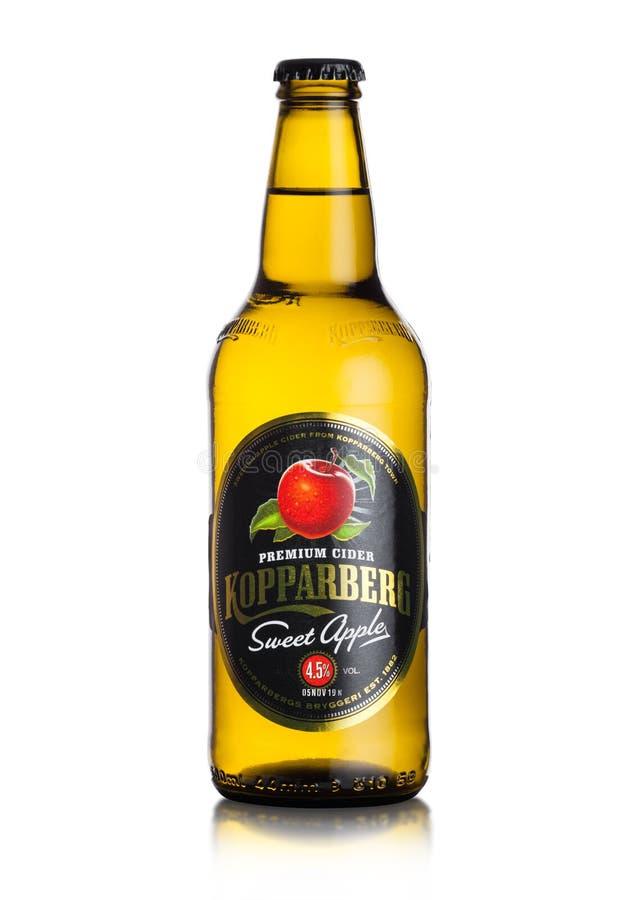 LONDEN, HET UK - 13 SEPTEMBER, 2018: Fles Zoete de appelcider van Kopparberg op witte achtergrond stock fotografie