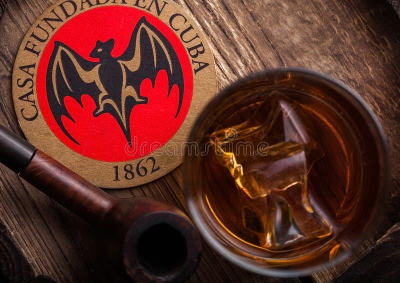 LONDEN, HET UK - 04 SEPTEMBER, 2018: Glas van de Superieure zwarte rum van Bacardi met originele onderlegger voor glazen en uitst stock fotografie