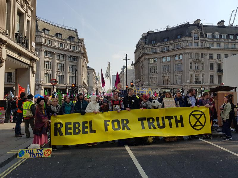 Londen, het Verenigd Koninkrijk, 15 April 2019: - De protesteerdersblok van de uitstervenopstand in Oxford Circus in centraal Lon stock afbeeldingen