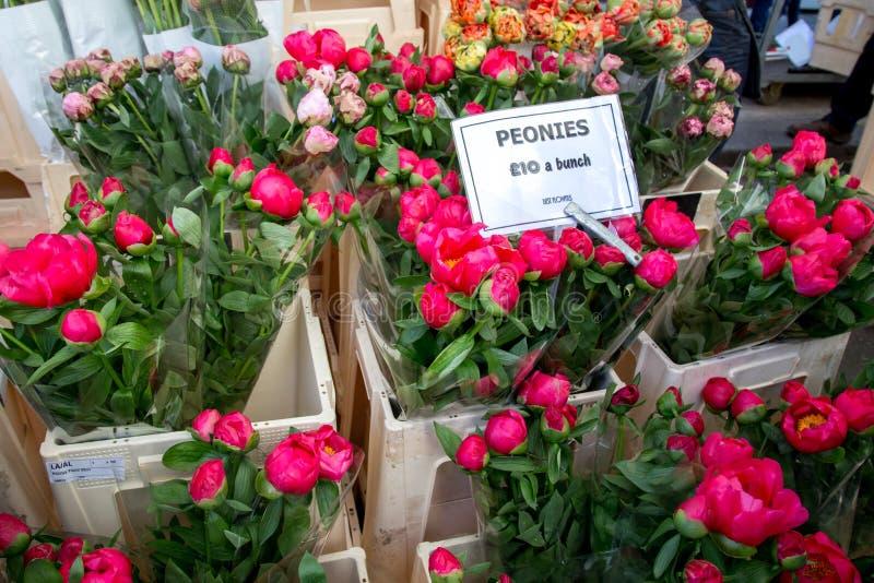 Londen, het Verenigd Koninkrijk - April 17, 2015: Road van Colombia de markt van de Bloemzondag De straathandelaren verkopen hun  royalty-vrije stock foto's
