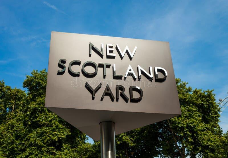 LONDEN, het VERENIGD KONINKRIJK - AUGUSTUS 28, 2017 - het Nieuwe Scotland Yard-teken voor het hoofdkwartier van de Metropolitaans stock afbeelding
