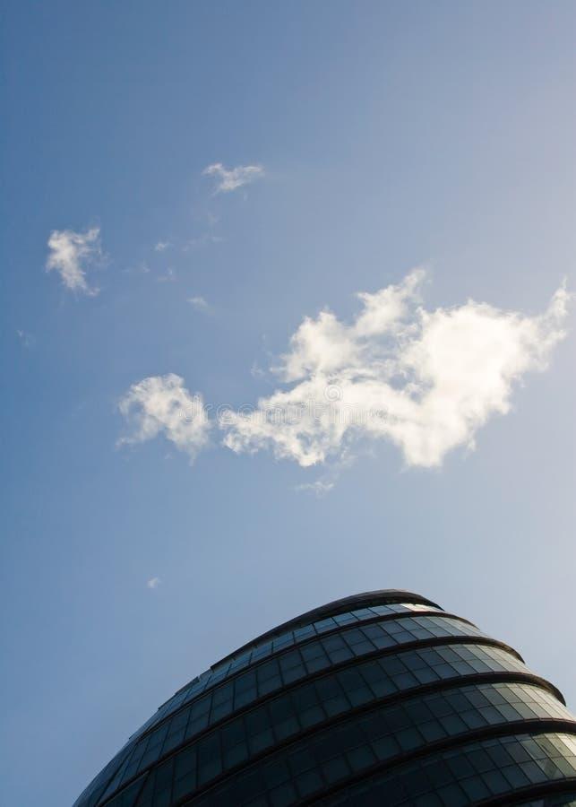 Londen, het Verenigd Koninkrijk - December 03, 2006: De kleine wolk over dak van Stadhuis, hoofdkwartier van Burgemeester, ontwie royalty-vrije stock afbeelding