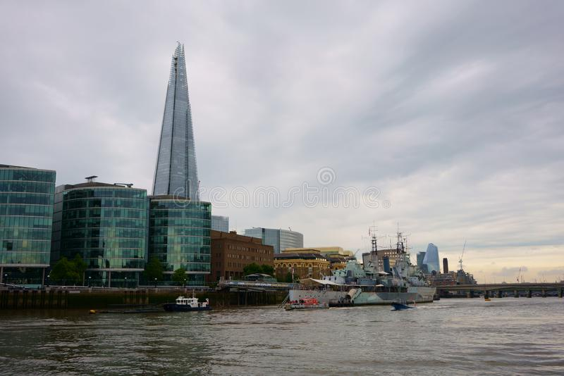 LONDEN, HET VERENIGD KONINKRIJK - JUNI 24, 2019: Cityscape van Londen horizon zoals die van Rivier Theems wordt gezien stock fotografie