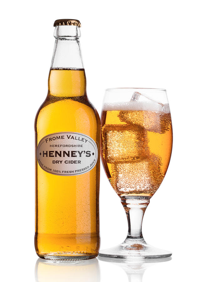LONDEN, HET VERENIGD KONINKRIJK - JUNI 22, 2017: Fles en glas met ijsblokjes van de Droge Cider van Henney ` s Apple op wit royalty-vrije stock foto's