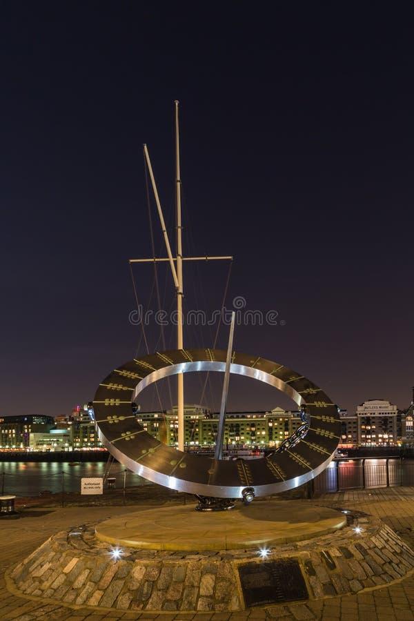 Londen, Londen/het Verenigd Koninkrijk - Maart 16, 2014: Het Timepiece Zonnewijzerbeeldhouwwerk van Wendy Taylor stock afbeeldingen