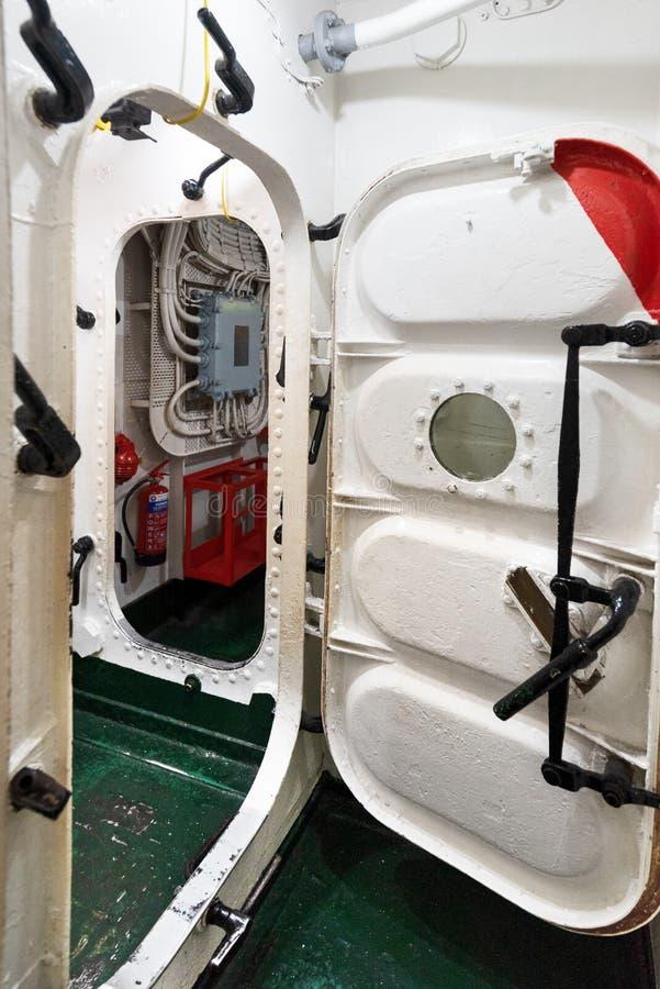 Londen, het Verenigd Koninkrijk - Mei 13, 2019: Het binnenland van het het oorlogsschipmuseum van HMS Belfast, zaagactie tijdens  stock afbeeldingen