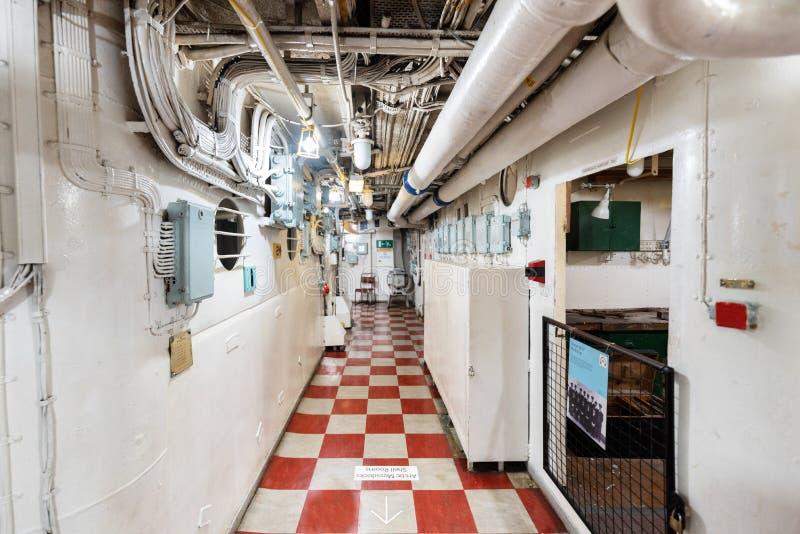 Londen, het Verenigd Koninkrijk - Mei 13, 2019: Het binnenland van het het oorlogsschipmuseum van HMS Belfast, zaagactie tijdens  royalty-vrije stock foto's