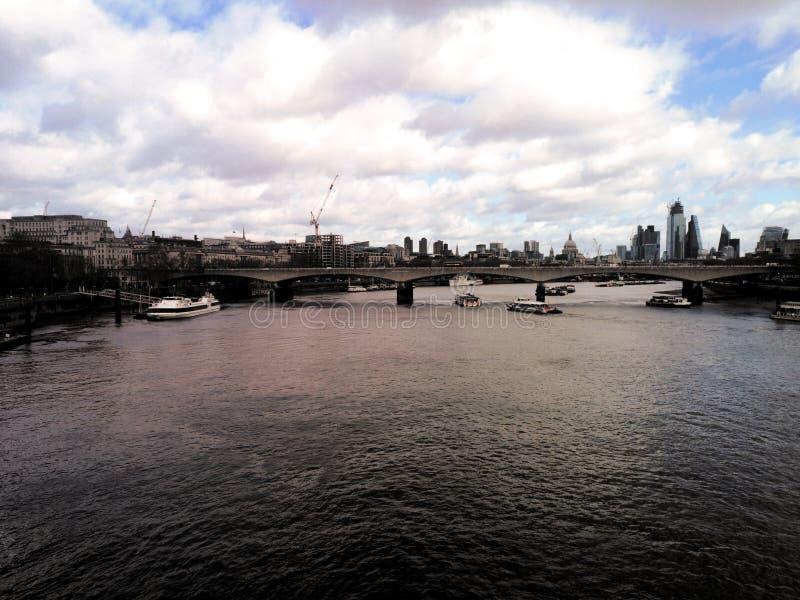 Londen, het Verenigd Koninkrijk naast London Eye stock foto's