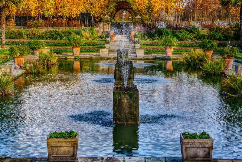Londen, het Verenigd Koninkrijk - 13 Nov., 2018 - sluit omhoog mening van waterfontein in de mooie Gedaalde Tuin stock foto