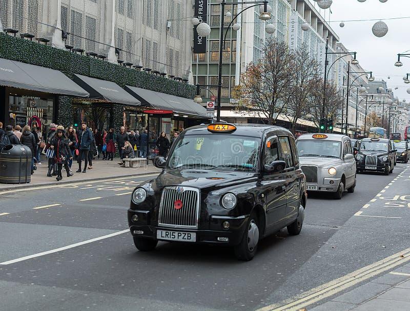 LONDEN, HET VERENIGD KONINKRIJK - NOVEMBER 25, 2018: De Taxi van Londen, genoemd Hackneypaard-vervoer, zwarte cabine in Piccadill royalty-vrije stock foto