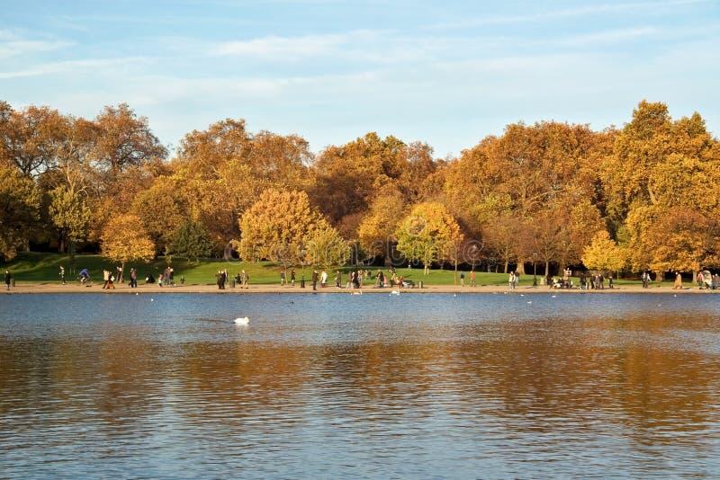 Londen, het Verenigd Koninkrijk - November negentiende, 2006: Mensen die van su genieten stock foto's