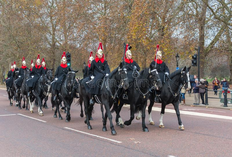 LONDEN, HET VERENIGD KONINKRIJK - NOVEMBER 25, 2018: Het Paardwachten van de beroemde Koningin van Londen Horseback dichtbij Buck royalty-vrije stock foto's