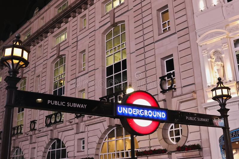LONDEN, HET VERENIGD KONINKRIJK - NOVEMBER 12, 2018: Piccadilly Circus-Post, ingangsteken aan Londen ondergronds royalty-vrije stock afbeeldingen