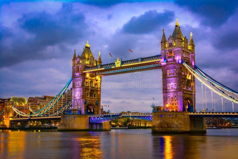 Londen, het Verenigd Koninkrijk van Groot-Brittannië: Nachtmening van de Brugtoren na zonsondergang stock afbeelding