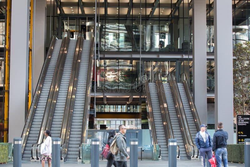 LONDEN, Ingang aan het bureaugebouw stock foto