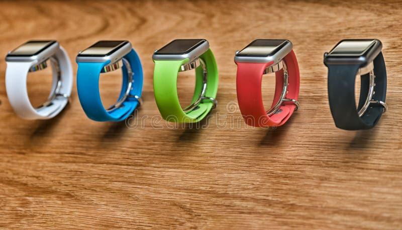 LONDEN - JULI 2, 2015: De rijen van nieuwe Apple-Horlogesport zitten bij royalty-vrije stock afbeeldingen