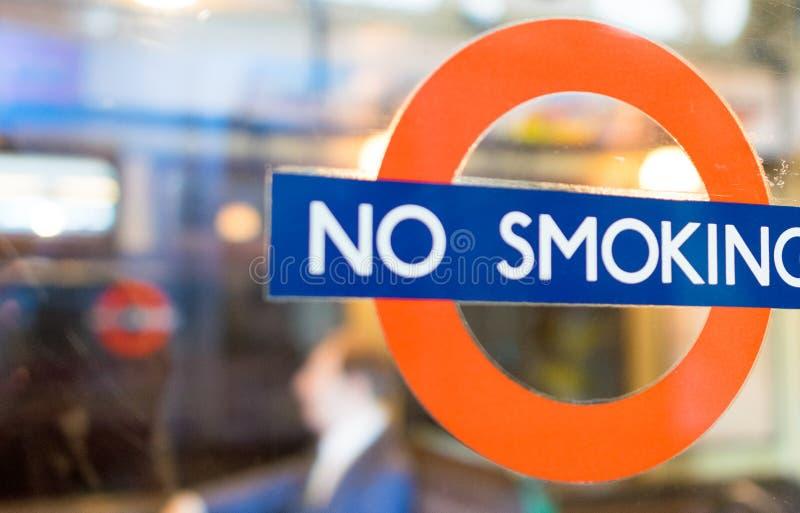 LONDEN - JULI 2, 2015: Nr - rokend teken in de stad Het is illega stock afbeelding
