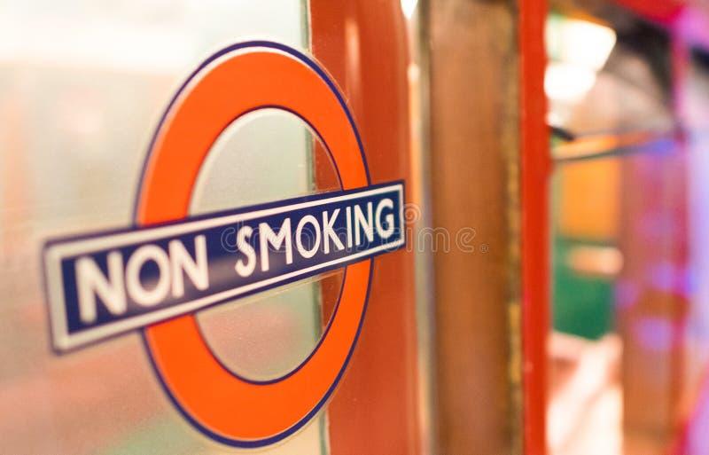 LONDEN - JULI 2, 2015: Nr - rokend teken in de stad Het is illega stock foto