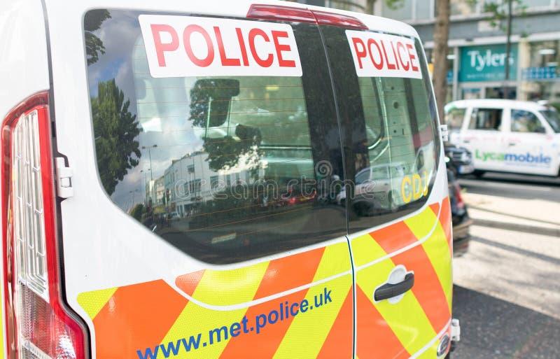 LONDEN - JULI 2, 2015: Politiebestelwagen in de straat van Londo wordt geparkeerd die royalty-vrije stock foto
