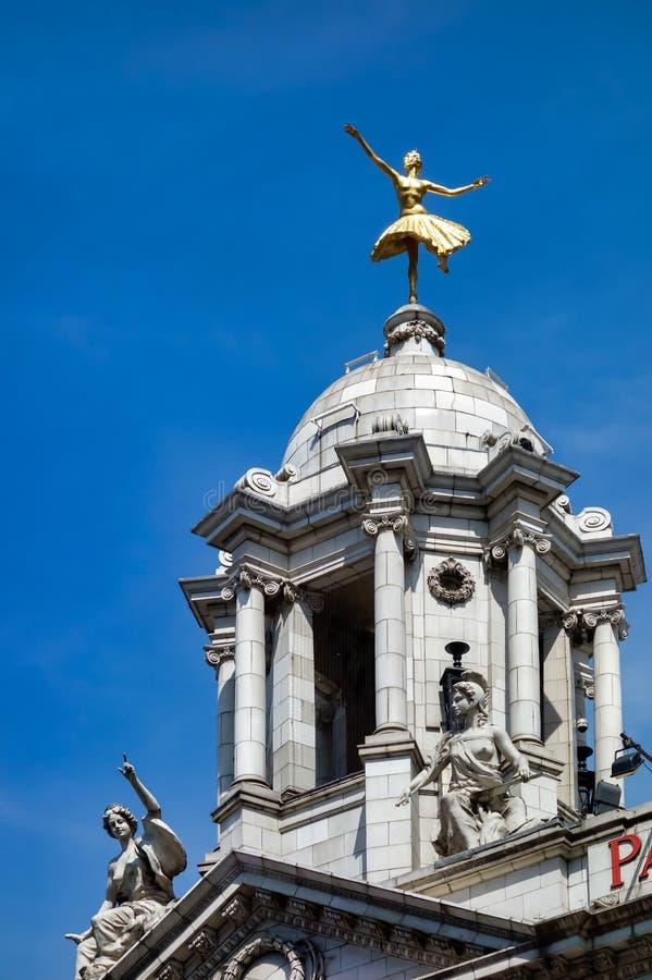 LONDEN - JULI 27: Replica Verguld Standbeeld van Anna Pavlova Classic royalty-vrije stock fotografie