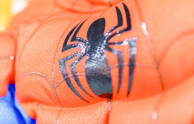 LONDEN - JULI 2, 2015: Spidermankostuum in een stadswinkel Spiderm stock fotografie